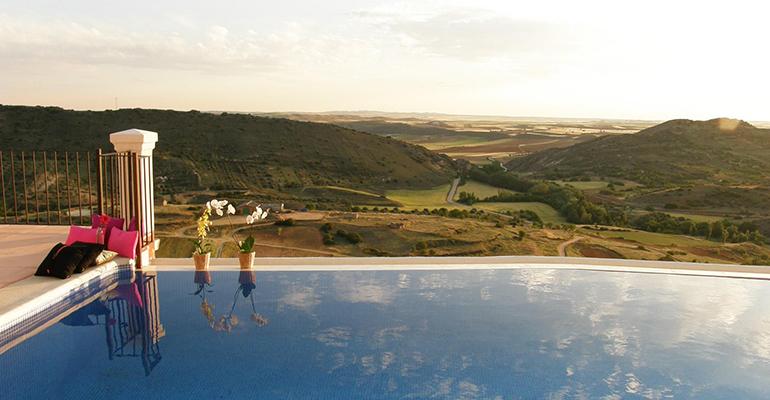 Los turistas rurales prefieren alquilar casas con piscina for Casa con piscina para alquilar por dia