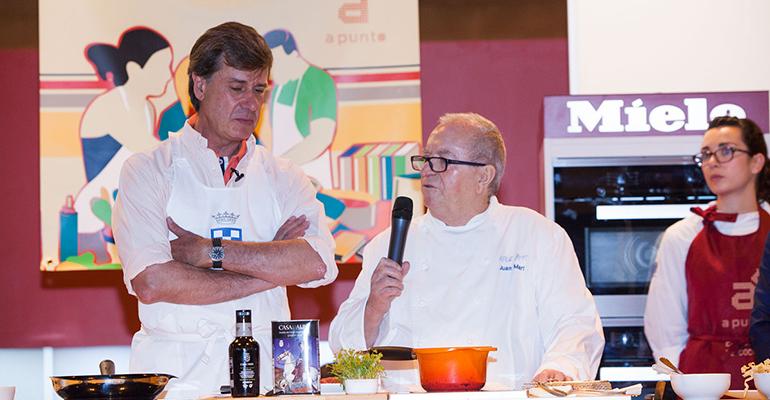 Juan Mari Arzak con los productos de Casa de Alba