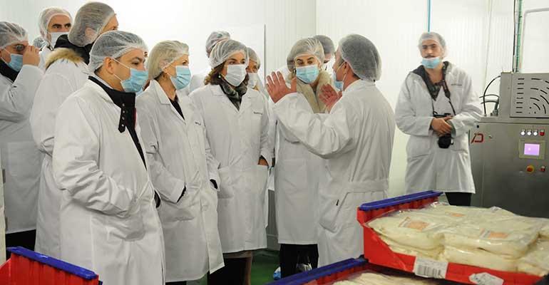 La alcaldesa de Madrid Ana Botella y resto de autoridades durante su visita a la fábrica de Rodilla