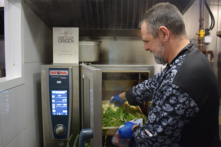 Sergi Campdepedrós, Chef de Can Ros, haciendo calcots