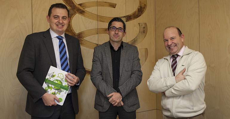 José María Aizega, director general del Basque Culinary Center; Clemente Bea, miembro de la Junta directiva de FOOD+I y Juan Viejo, gestor del Cluster, en la firma del acuerdo de integración de la fundación vasca
