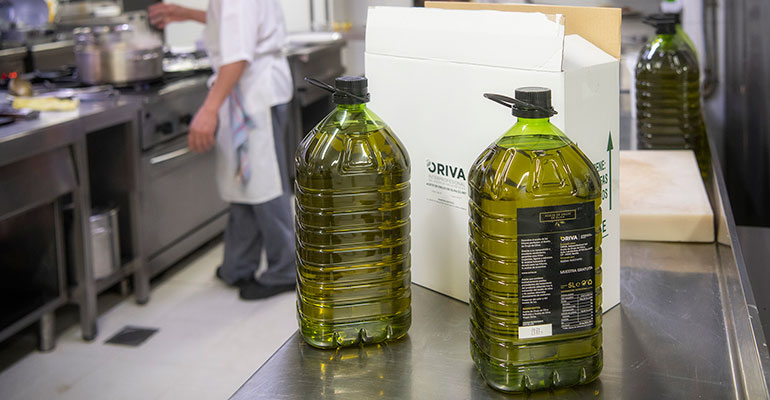 Oriva reparte 190.000 de aceite de orujo de oliva entre restaurantes