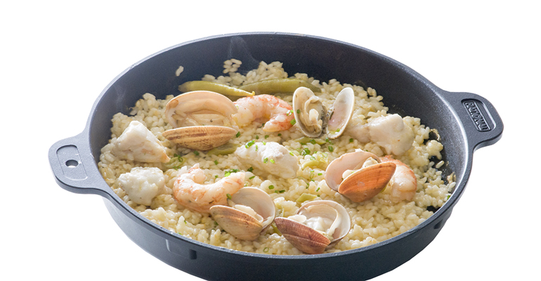 Bandeja con arroz y almejas
