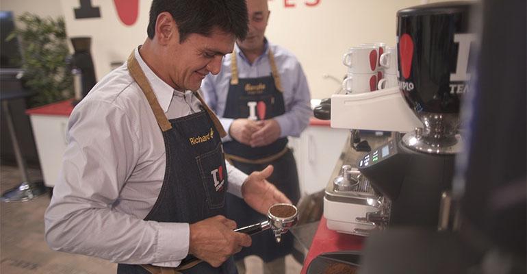 Richard Cardozo, agricultor de Perú, recibe formación para baristas