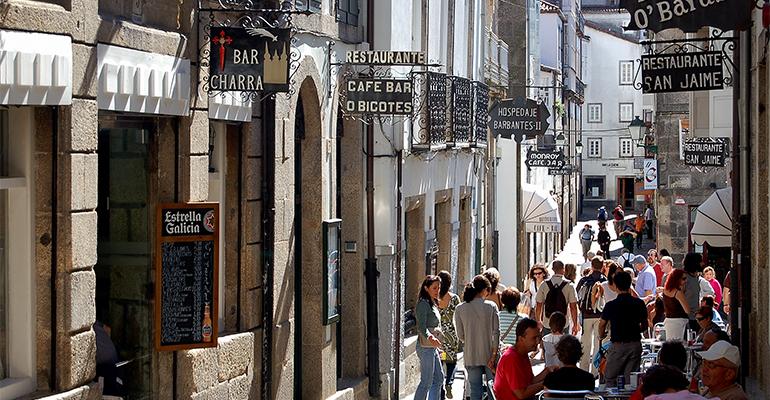 Calle de bares y restaurantes en España