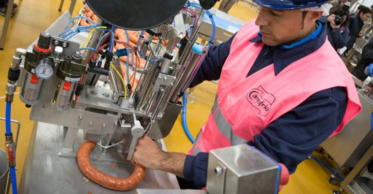Trabajador en la nueva fábrica de Campofrío