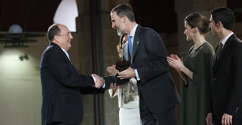 Carlos Moro recibiendo su premio