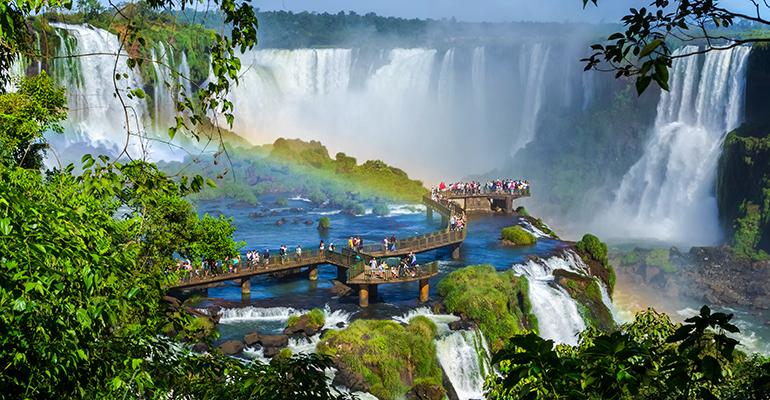 Turistas visitan las cataratas del iguazú