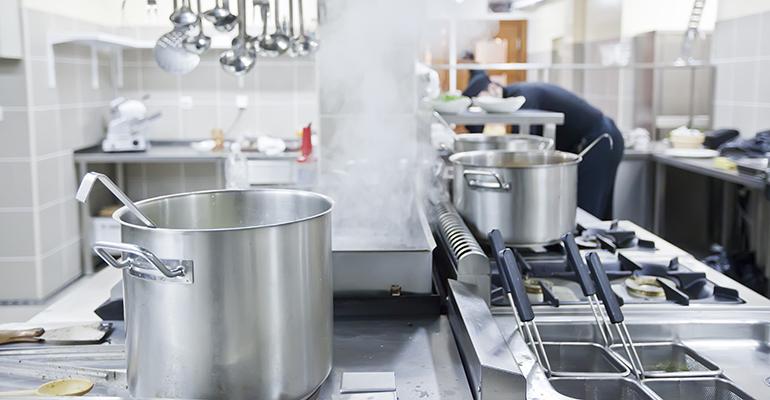 Limpiar y desinfectar superficies en la cocina