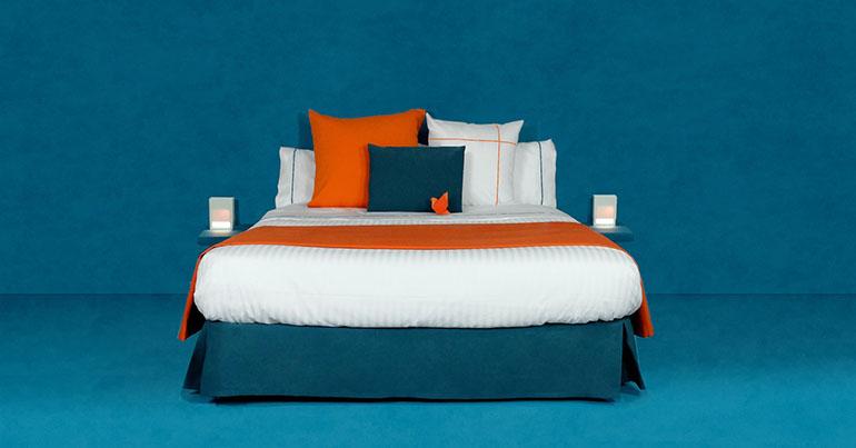 Habitación combinación naranja y azul