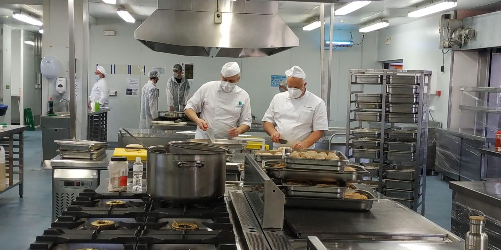 La escuela de hostelería de Leioa reparte más de 400 menús diarios con la World Central Kitchen