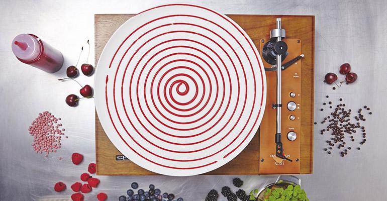 Preparación del postres con tarta de fresa y arándanos