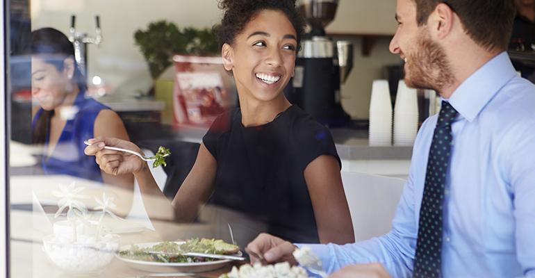 Pareja de ejecutivos comiendo en un restaurante