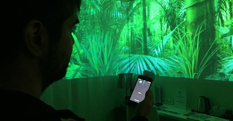 El cliente controla la habitación experiencia desde su móvil