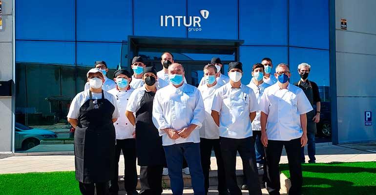 Los cocineros de Intur Restauración reciben una clase magistral del estrella Michelin Miguel Barrera