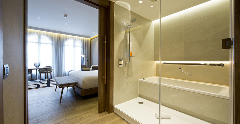 Habitación y baño en el Hotel Círculo Gran Vía