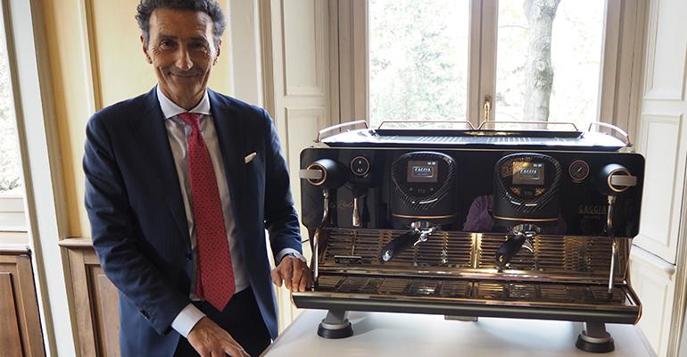 Andrea Zocchi, CEO de Evoca Group, posa junto a ´la Reale´ de Gaggia Milano