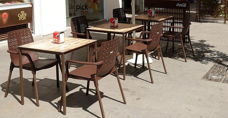 mesas y sillas coca cola