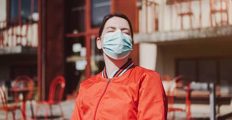 Mujer con mascarilla en restaurante
