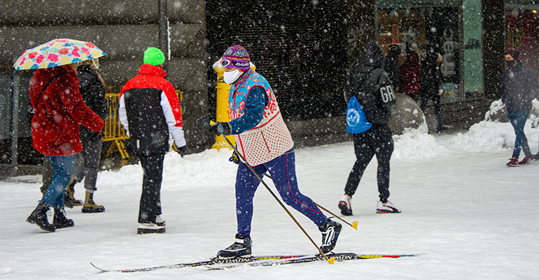 mujer esquiando en calle preciados