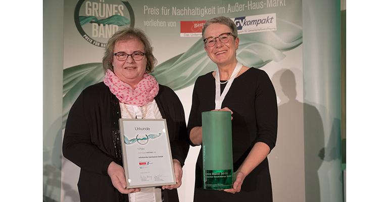 Babette Schmidt, Directora de Comunicación (iz.), y Gabriele Nolte, directora comercial para Alemania, Austria y Suiza, recogen el premio para erlenbacher backwaren GmbH
