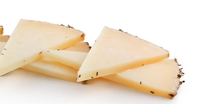 trozos de queso de oveja artesano al romero