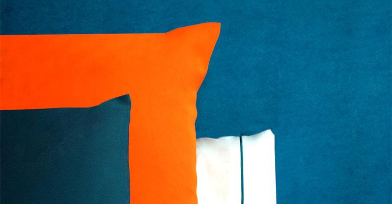 Ropa de cama naranja y azul