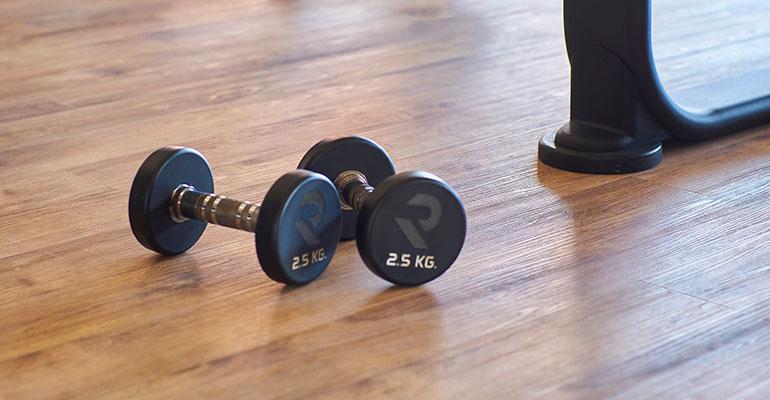 Suelos de diseño resistentes y fáciles de limpiar para gimnasios