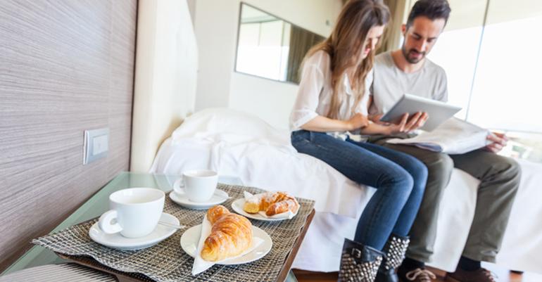 pareja utilizando tablet en hotel